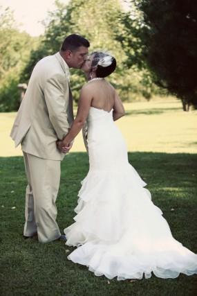 creative-diy-outdoor-wedding-bride-and-groom-kissing