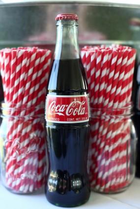 creative-diy-outdoor-wedding-coca-cola-and-striped-straws