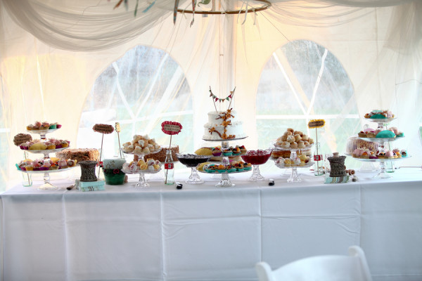 creative-diy-outdoor-wedding-dessert-bar