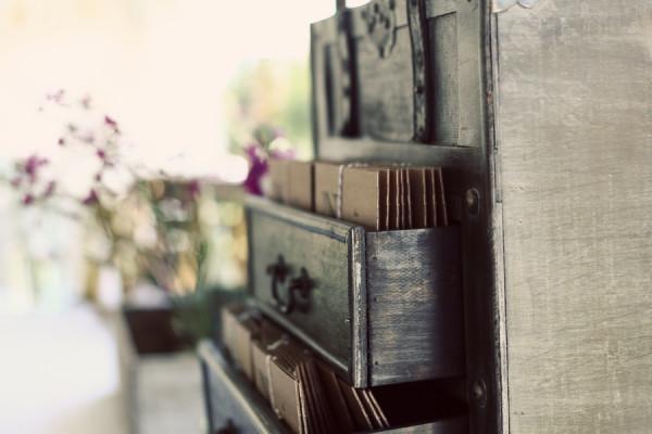 creative-diy-outdoor-wedding-vintage-drawer-display