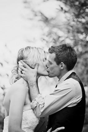outdoor-diy-wedding-ceremony-first-kiss
