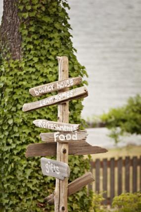 outdoor-diy-wedding-direction-signs