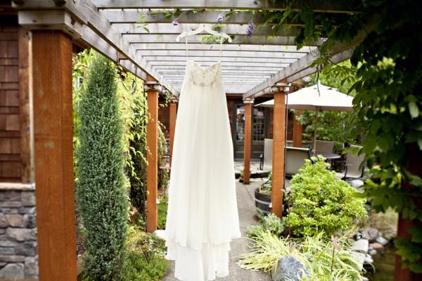 outdoor-diy-wedding-dress-hanging