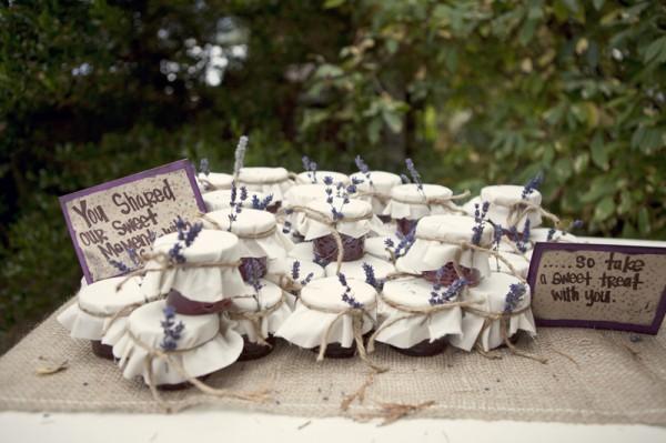 outdoor-diy-wedding-jam-favors