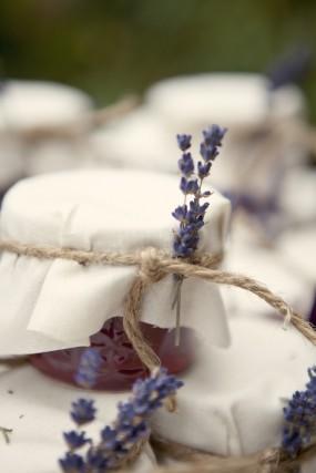 outdoor-diy-wedding-lavender-jam-favors