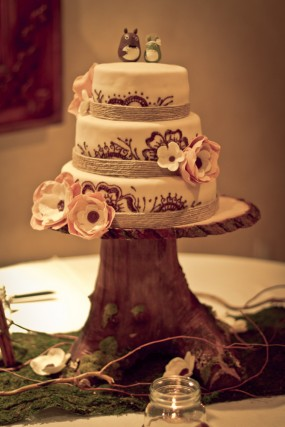 rustic-diy-wood-stump-cake-stand