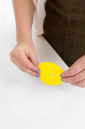 DIY Fried Egg Emoji Balloons | studiodiy.com