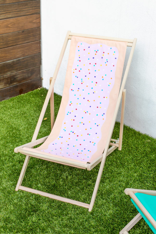 DIY Pop Tart Beach Chair | studiodiy.com