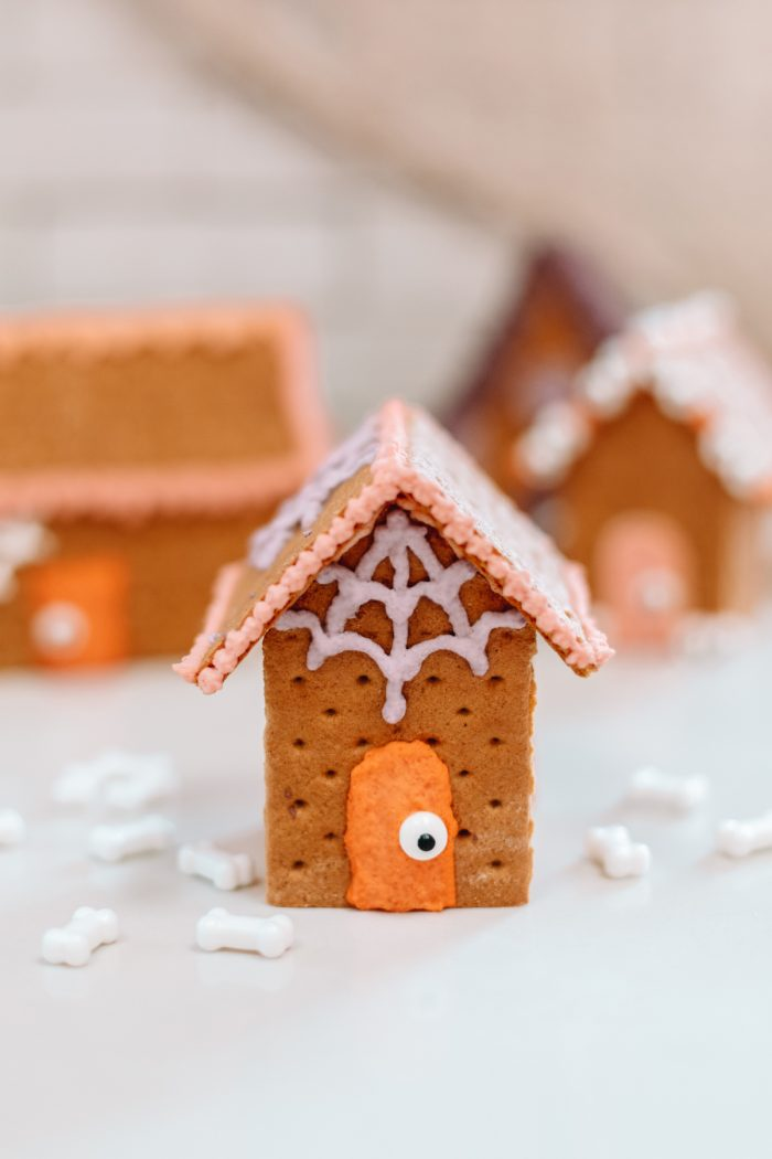 How To Make An Edible Haunted House for Halloween with Graham Crackers